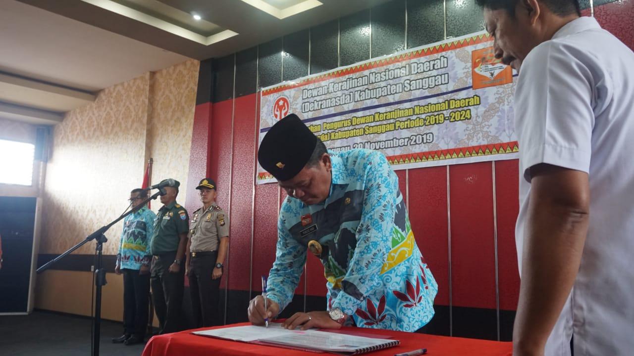 Foto—Batik Sabang Merah yang dikenakan Bupati Paolus Hadi ketika melantika pengurus Dekranasda Sanggau, Rabu (20/11)