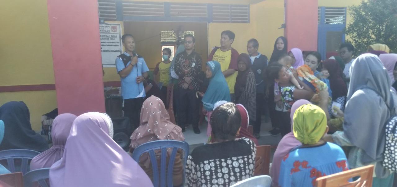 Foto—Kades Sungai Batu (depan paling kiri) bersama Manajer Operation Maintenance Unit (OMU) PLTU Sanggau, Ade Arifin, dan Kepala Puskesmas Kapuas, Albert Sihotang memberikan sambutan sebelum memulai acara