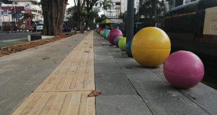 Pinggir trotoar, dipercantik dengan 'bola-bola' beton berwarna-warni