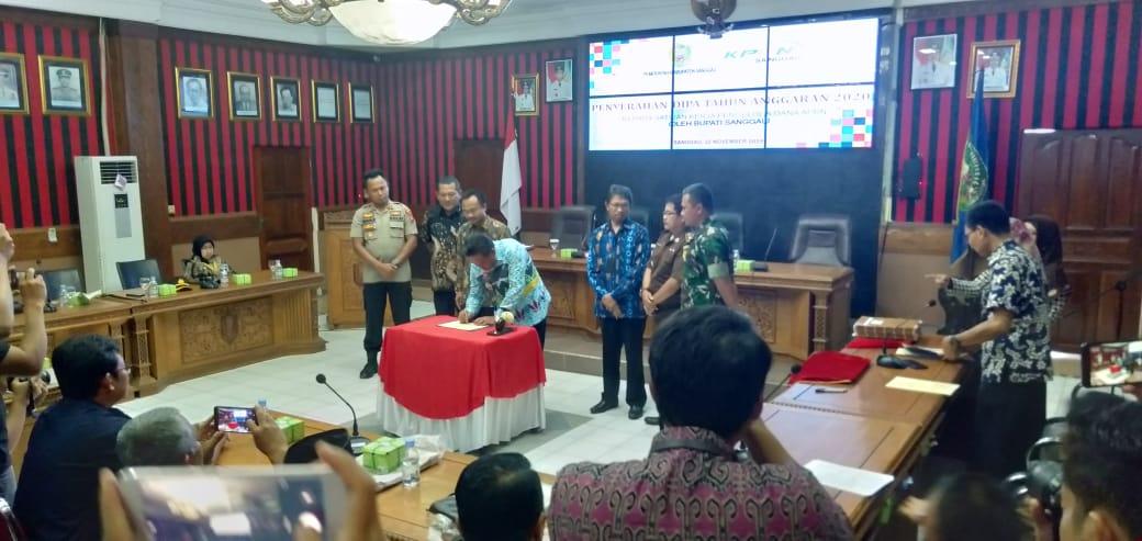Penyerahan DIPA 2020 oleh Bupati Sanggau, Paolus Hadi kepada kepala satuan pengelola dana APBN, Jumat (22/11) di aula lantai I kantor Bupati Sanggau.