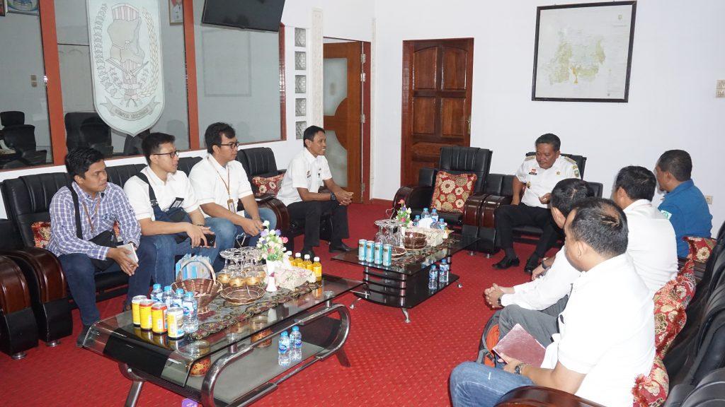 Foto—General Manger PLN UIP Kalbar, Rachmad Lubis beserta rombongan ketika bertandang ke ruang kerja Bupati Paolus Hadi, Rabu (6/11)