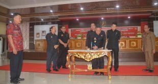 Bupati Paolus Hadi didampingi, Ketua dan Wakil Ketua DPRD Sanggau menandantangani Raperda APBD 2020, Kamis (28/11)