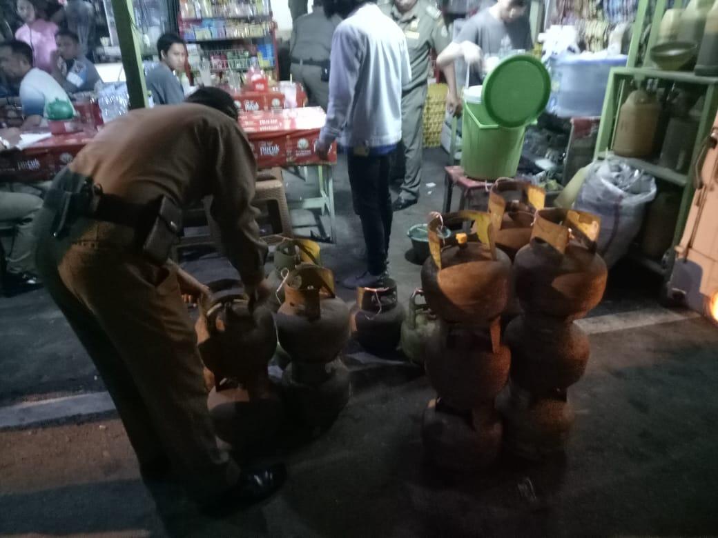 Sat Pol PP razia rumah makan yang masih menggunakan gas 3 kg di Pontianak