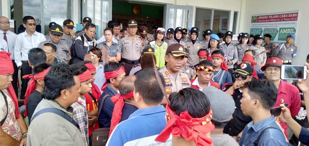 Foto--Sekjen DAD Sanggau Urbanus didampingi Kapolres menemui wartawan di pelataran halaman kantor Pengadilan Negeri Sanggau, Senin (25/11)