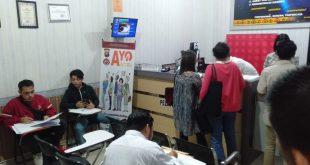 Foto---Para pemohon tengah mengurus berkas-berkas pembuatan SKCK di ruang Sentra Pelayanan Polres Sanggau, Selasa (12/11)