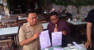 Caption: Rusdiansyah (kiri) didampingi Kuasa Hukumnya Andry Hudaya memperlihatkan surat terbukanya untuk Menteri Siti Nurbaya