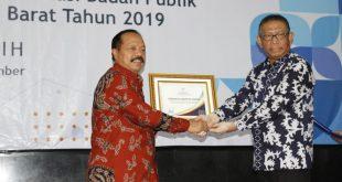 Foto---Wabup Yohanes Ontot menerima langsung penghargaan dari Gubernur Kalbar, Sutarmidji, Kamis (5/12)