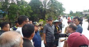 Caption: Komisi IV DPRD Provinsi Kalbar Sidak ke titik-titik banjir di Jalan Tani Parit Pak Samben, Desa Pancaroba, Kecamatan Sungai Ambawang, Kabupaten Kubu Raya, Jumat (20/12/2019).