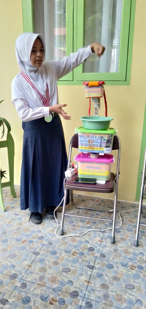 Foto-- Adinda Aisyah Nindyani menunjukkan cara kerja wastafel senor portabel hasil karyanya, Selasa (3/12)