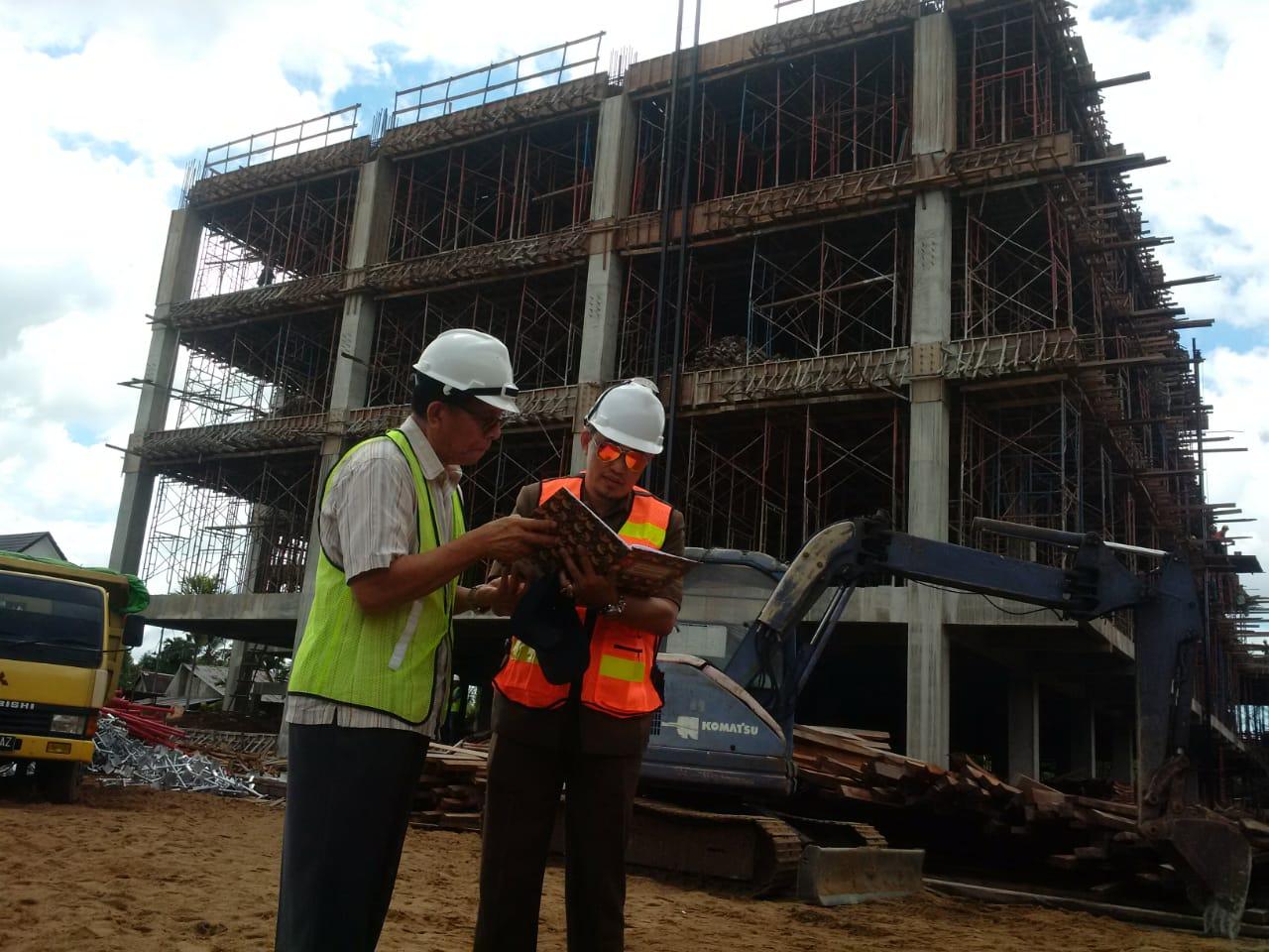 Ketua Komisi IV DPRD Provinsi Kalbar, Subhan Nur (kanan) mempertanyakan progres pembangunan RSUD Soedarso kepada Project Manager PT Citra Contractor Hasaja, Ferly Kalalo, Rabu (11/12/2019)
