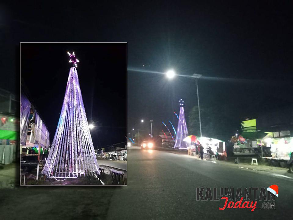 Pohon Natal dengan ketinggian 13 meter di Pasar Menjalin