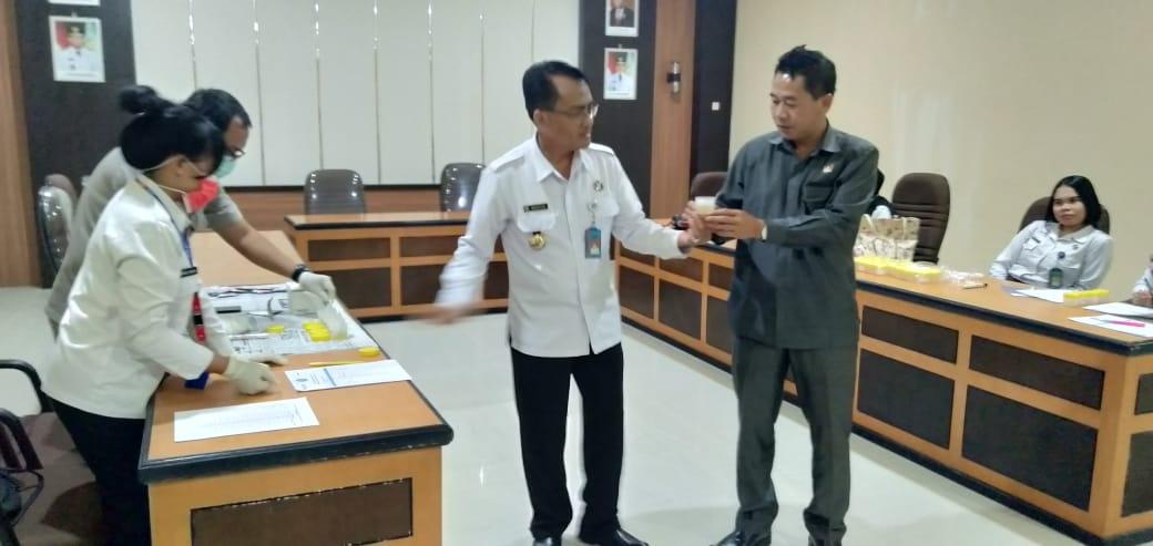 Foto--Wakil Ketua DPRD Sanggau, Acam menyerahkan urin kepada Kepala BNNK Sanggau untuk dites, Senin (2/12).