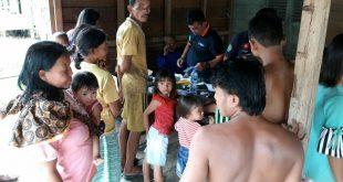 Karolin Bantu Warga Korban Banjir di Desa Sekendal
