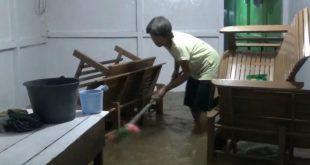 Banjir Surut, Warga Mulai Bersihkan Rumah