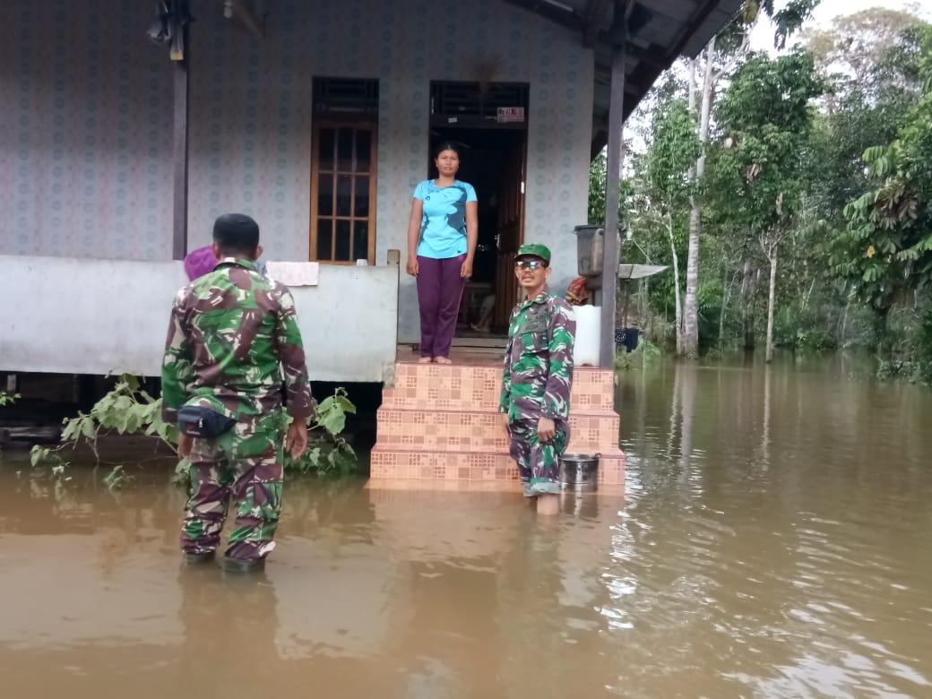 Foto---Danramil Kembayan melakukan evakuasi korban banjir, Senin (9/12) di Kecamatan Kembayan