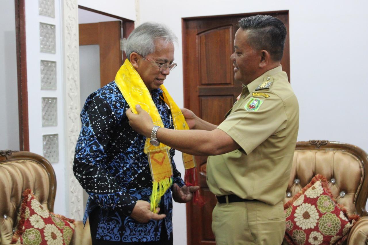 Foto—Bupati Paolus Hadi memberikan cinderamata kepada Rektor Unitri Malang, Eko Handayanto