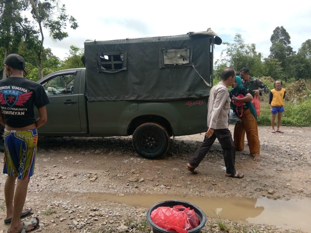 Danramil Kembayan melakukan evakuasi korban banjir, Senin (9/12) di Kecamatan Kembayan