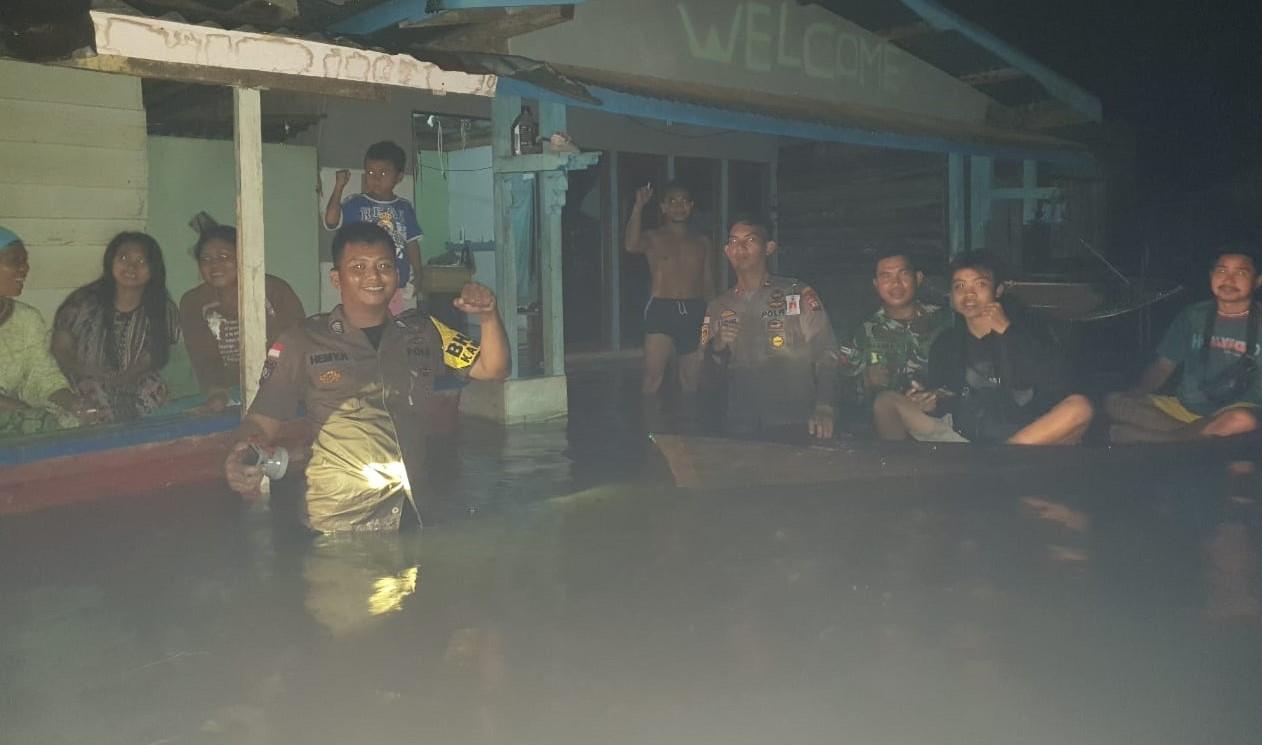 Foto---Kapolsek Meliau bersama personel Koramil menemui warga yang terkena banjir di Desa Cupang, Sabtu (11/1/2020)—ist