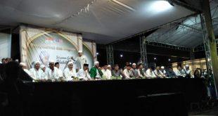 Foto—Bupati Sanggau, Paolus Hadi dan Habib Syech berada satu panggung pada acara shalawat dua negara, Sabtu (25/1/2020)---Kiram Akbar