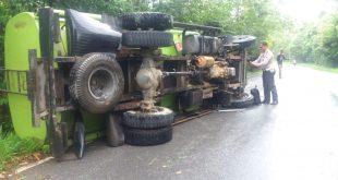 Hindari Motor, Mobil Tangki Pengangkut CPO Terbalik di Jalan Raya Mandor