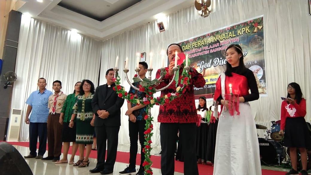 Foto---Wabup Yohanes Onto menyalakan lilin pada acara Natal Bersama Komunitas Pelajar Kristen di Gedung Balai Betomu, Jumat (17/1/2020)---Alfian Diskominfo Sanggau untuk Kalimantantoday.com