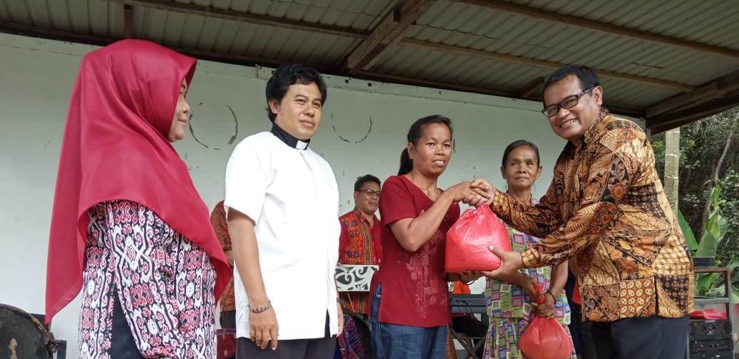 Foto----Sekda Sanggau, Kukuh Triyatmaka menyerahkan bantuan secara simbolis kepada masyarakat dalam acara Safari Natal, Sabtu (11/1/2020) di Gereja Santo Paulus Rasul Mulok Keuskupan Sanggau---Alfian Diskominfo Sanggau untuk Kalimantantoday.com