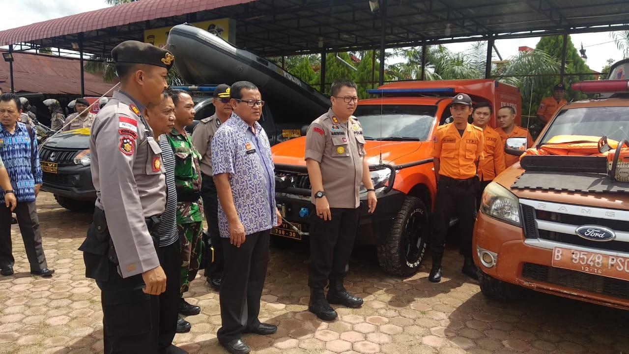 Foto--Kapolres Didampingi Sekda Sanggau dan Pasi Ops Kodim 1204/Sgu mengecek kesiapan personeldan sarana prasarana pendukung yang dimiliki dalam menghadapi bencana Batingsor di Sanggau, Jumat (10/01/2020).