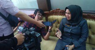 Bendahara DPW PAN Kalbar, Yuliani diwawancarai jurnalis di Ruang Fraksi PAN DPRD Provinsi Kalbar, Senin (13/01/2020).