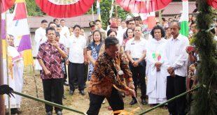 Foto--Bupati Paolus Hadi melakukan pancung bambu sebagai ritual penyambutan, Rabu (22/1/2020)--Alfian Diskominfo Sanggau untuk Kalimantantoday.com