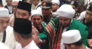 Foto---Habib Syech Abdul Qadir Assegaf di PLBN Entikong dalam acara shawalat dua negara, Sabtu (25/1/2020) malam----Kiram Akbar