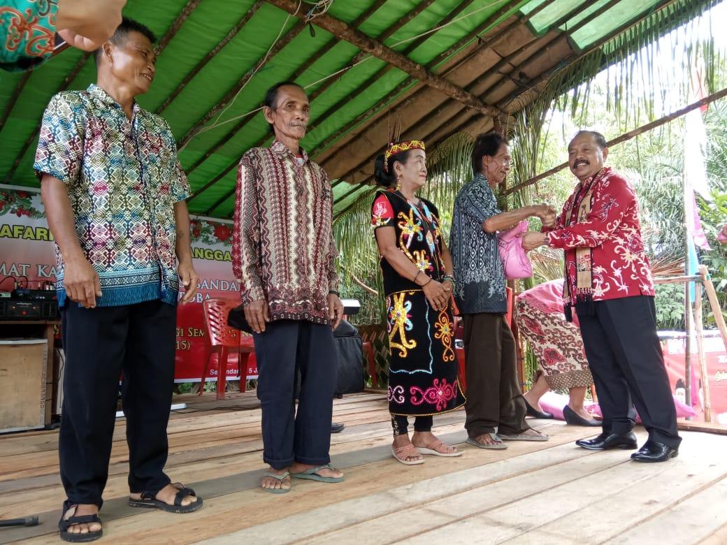 Foto--Wabup Sanggau, Yohanes Ontot menyerahkan bantuan secara simbolis berupa dua ton beras dan sejumlah uang pada acara Safari Natal di Kecamatan Toba, Minggu (5/1/2020)--Alfian Diskominfo Sanggau untuk Kalimantantoday.com