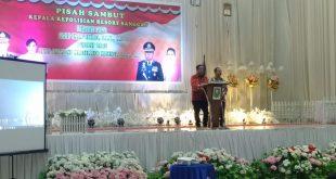 Foto---Bupati Paolus Hadi didampingi Wabup Yohanes Ontot memberikan sambutan sekaligus kesan-kesan dalam acara pisah-sambut Kapolres Sanggau, Jumat (17/1/2020) malam di Gedung Balai Betomu---Kiram Akbar