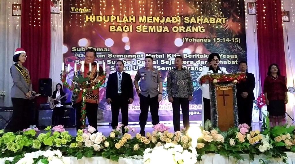 Foto---Bupati Paolus Hadi menyalakan lilin pada acara Natal Bersama 2019 di GPU pada Senin (30/12) malam—Sukardi Diskominfo untuk Kalimantantoday.com