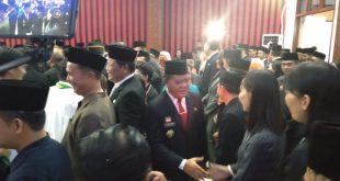 Foto—Bupati Sanggau, Paolus Hadi bersama isteri, Wabup dan Sekda memberikan ucapan selamat kepada para pejabat yang baru dilantik, Jumat (24/1/2020)---Kiram Akbar