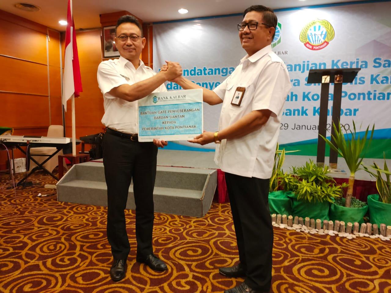 Wali Kota Pontianak Edi Kamtono dan Direktur Utama Bank Kalbar, Samsir Ismail