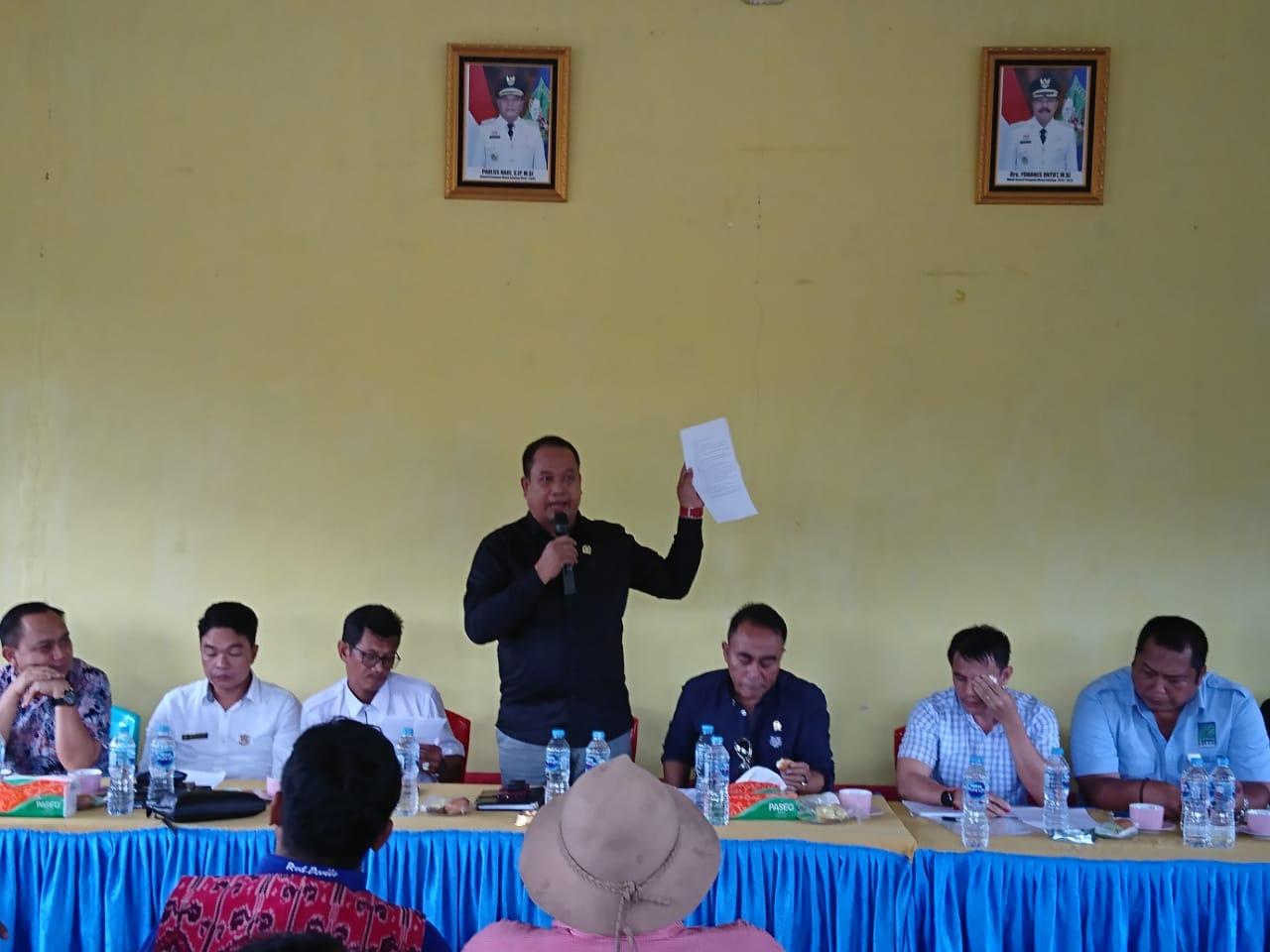 Foto--Ketua DPRD Sanggau, Jumadi menunjukan surat tuntutan petani saat pertemuan, Rabu (12/2/2020)---DPRD Sanggau untuk Kalimantantoday.com