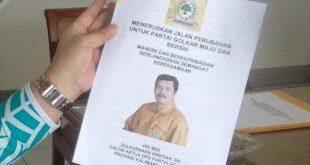Caption: Zulkarnaen Siregar ketika mengembalikan formulir pendaftaran di Gedung Zamrud Khatulistiwa Pontianak, Jumat (28/02/2020).