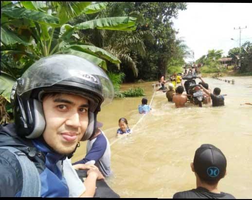 Foto—Banjir yang menggenangi jembatan di Desa Upe, membuat kendaraan roda dua yang ingin melintas terpaksa dipikul, Senin (10/2/2020)----dr Abdul Fahma (Dokter Puskesmas Bonti) untuk Kalimantantoday.com