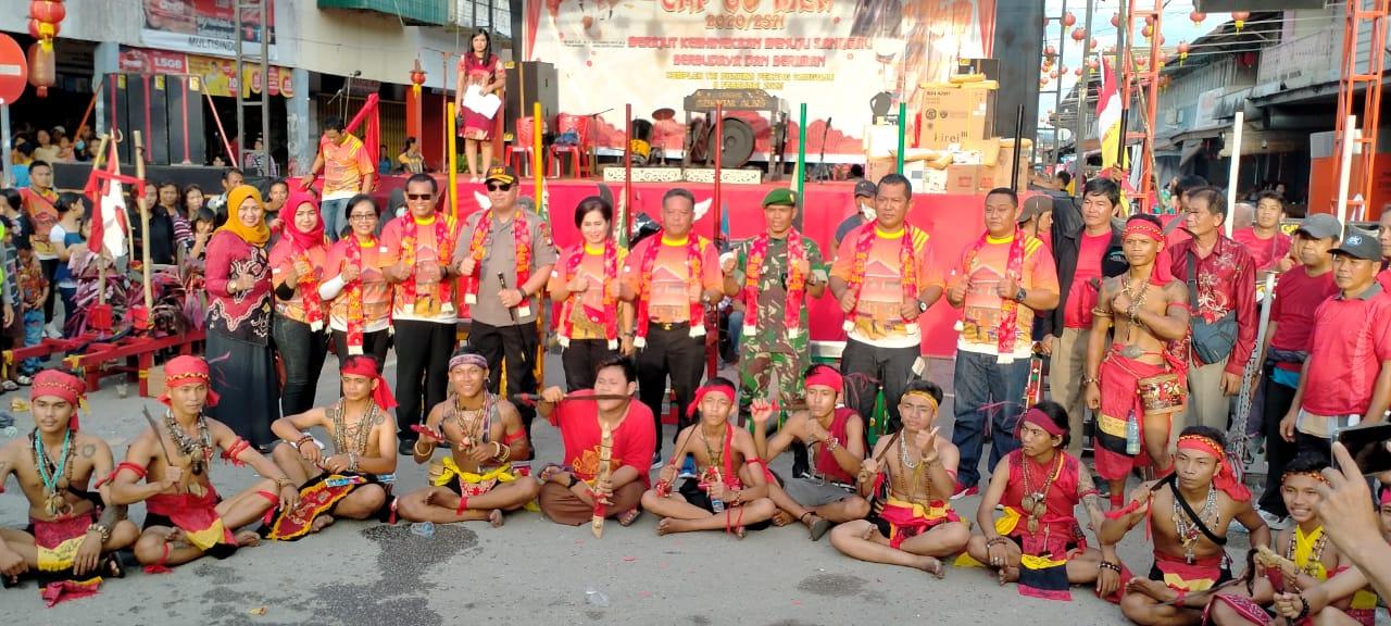 Foto---Bupati Sanggau, Paolus Hadi dan Forkompimda berfoto bersama dengan panitia dan peserta perayaan Cap Go Meh di Kota Sanggau, Sabtu (8/2/2020)---istimewa