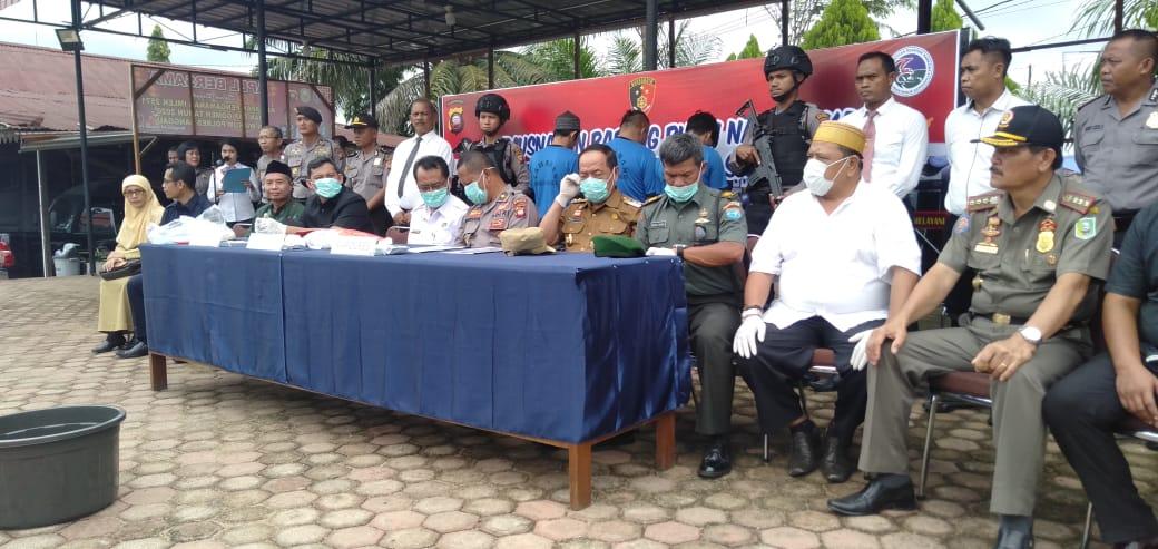 Foto---Pemusnahan sabu seberat 1,49 kilogram di halaman Mapolres Sanggau oleh Kabag Ren, Wabup Sanggau, Ketua BNNK, Kodim, Kejaksaan, Pengadilan dan tokoh masyarakat, Senin (3/2/2020)---Kiram Akbar