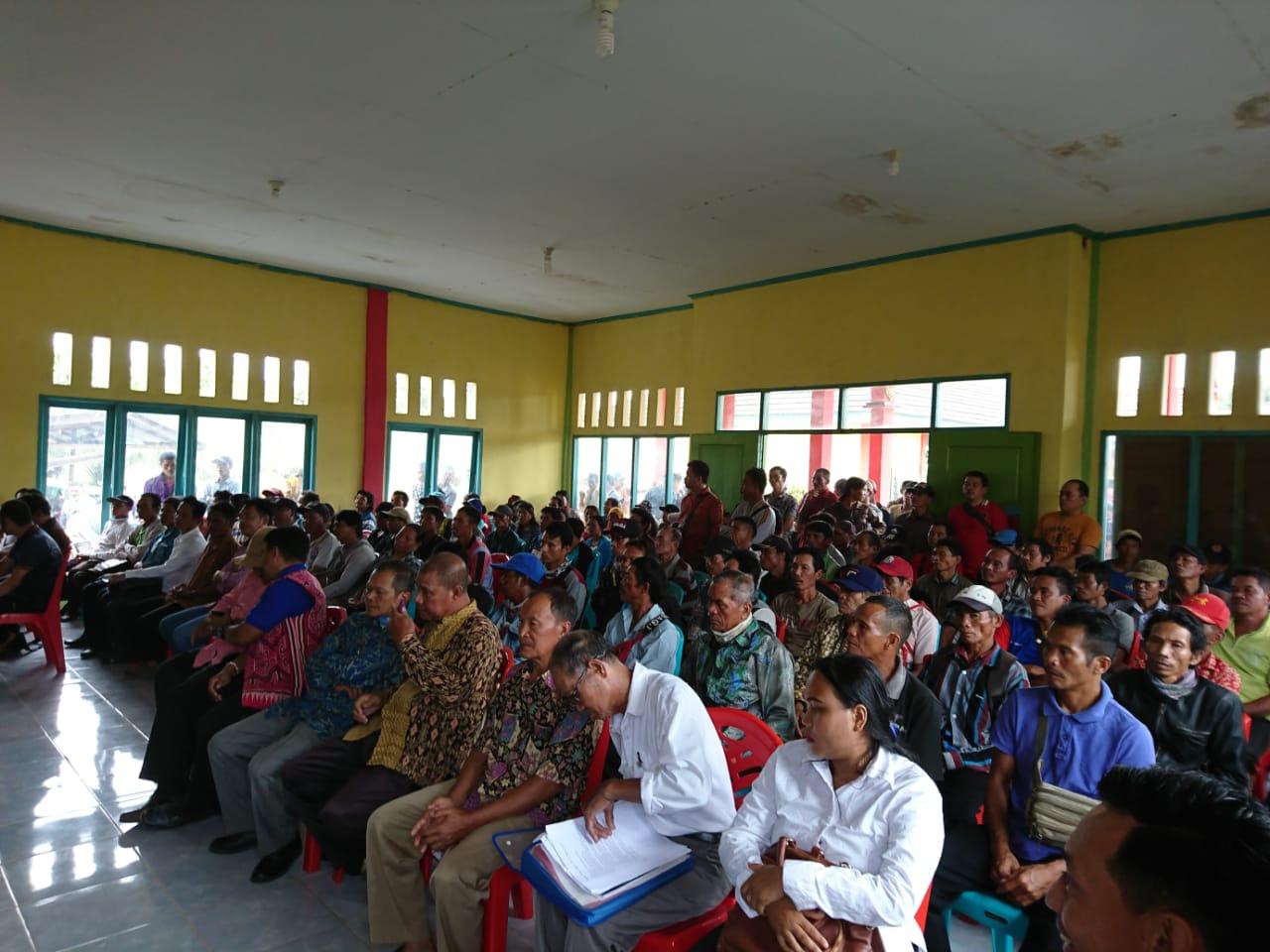 Foto--Suasana pertemuan antara DPRD dengan petani dan pihak PT.MKS, Rabu (12/2/2020).