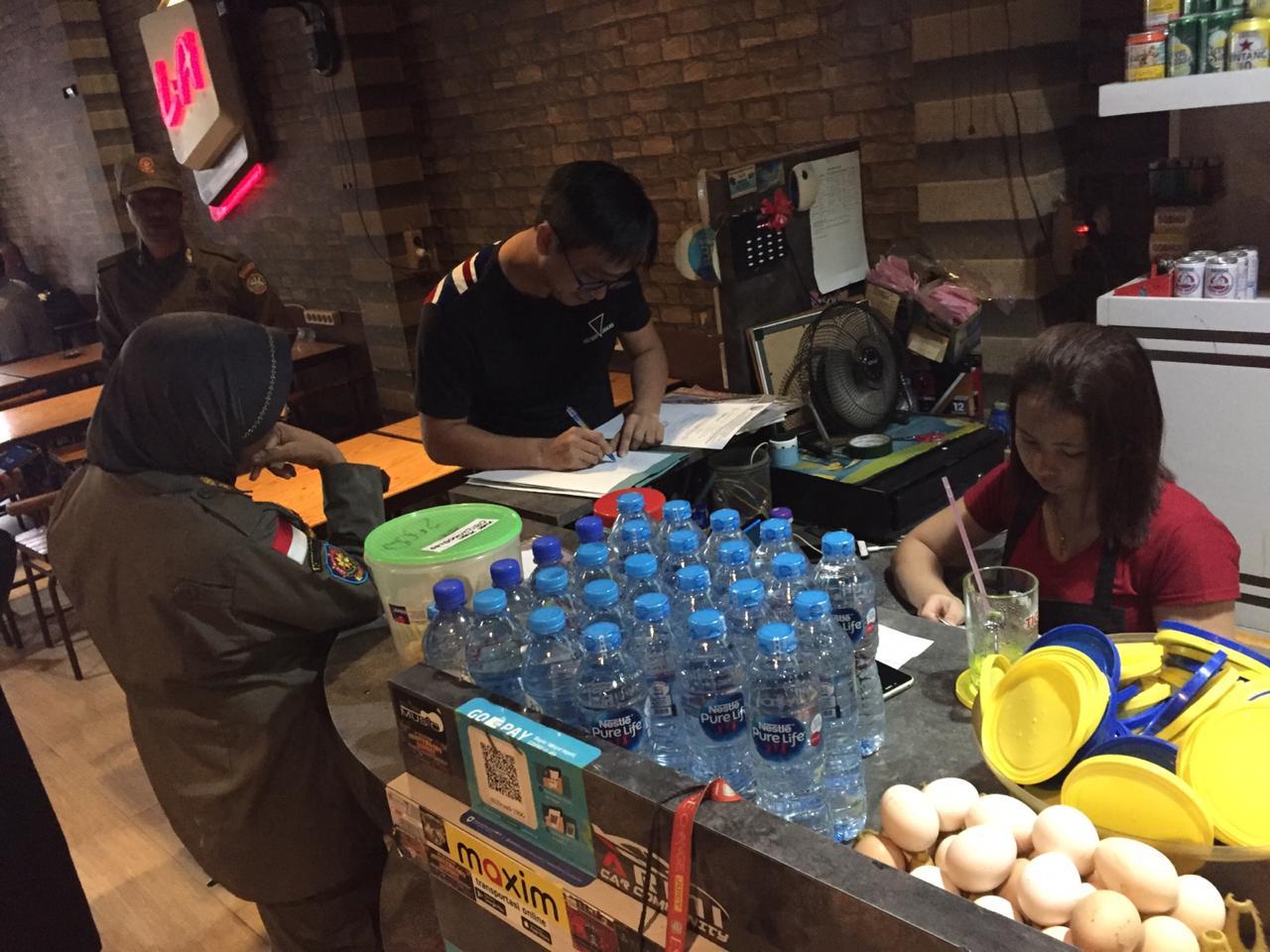 Petugas Satpol PP Kota Pontianak melakukan penyisiran ke warkop dan cafe yang ada di Kota Pontianak, Jumat (20/03/2020)