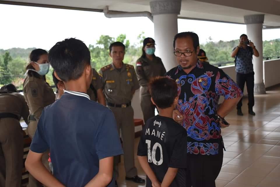 Plt. Kadis Pendidikan dan Kebudayaan kabupaten Bengkayang, Gustian Andiwinata temui pelajar yang terjaring razia