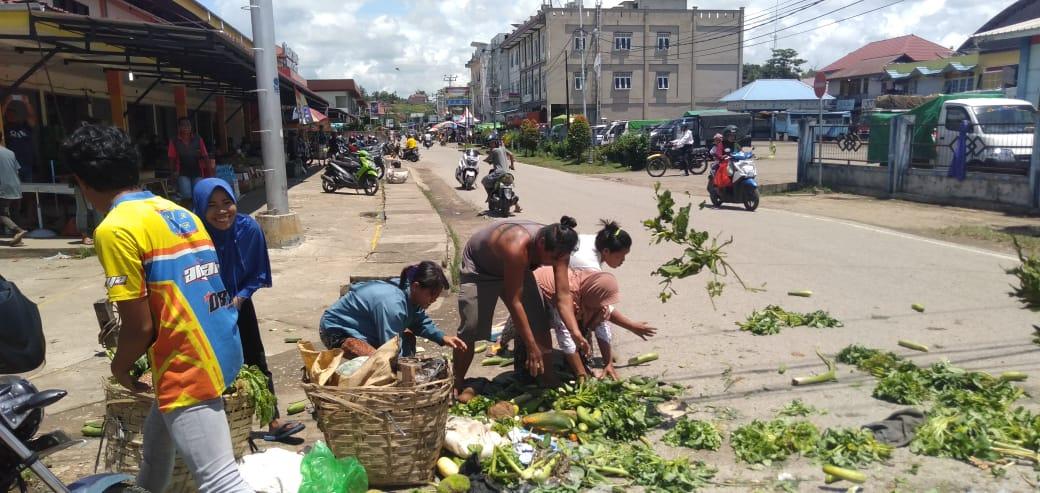 Foto---Para pedagang sayur pasar Jarai Kota Sanggau nekat membuang barang dagangannya lantaran sepi pembeli, Kamis (19/3/2020)---Kiram Akbar