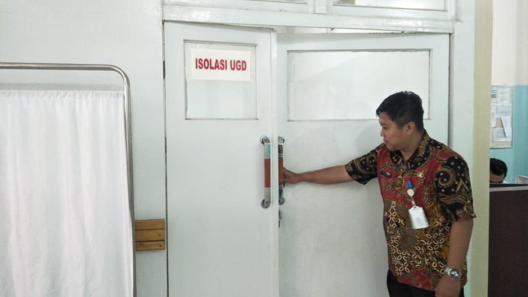 Direkrut utama RSUD Landak dr Wahyu Purnomo saat menunjukan ruang isolasi di UGD RSUD Landak